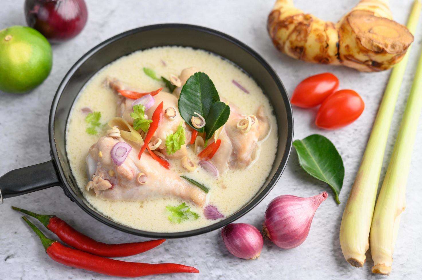 sopa tom kha kai con hojas de lima kaffir, limoncillo, cebolla morada, galanga y chile foto
