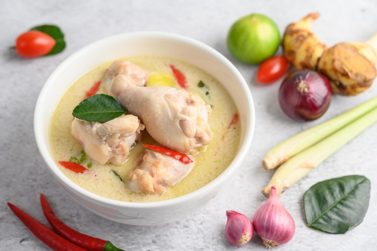tom kha kai, sopa tailandesa de coco foto