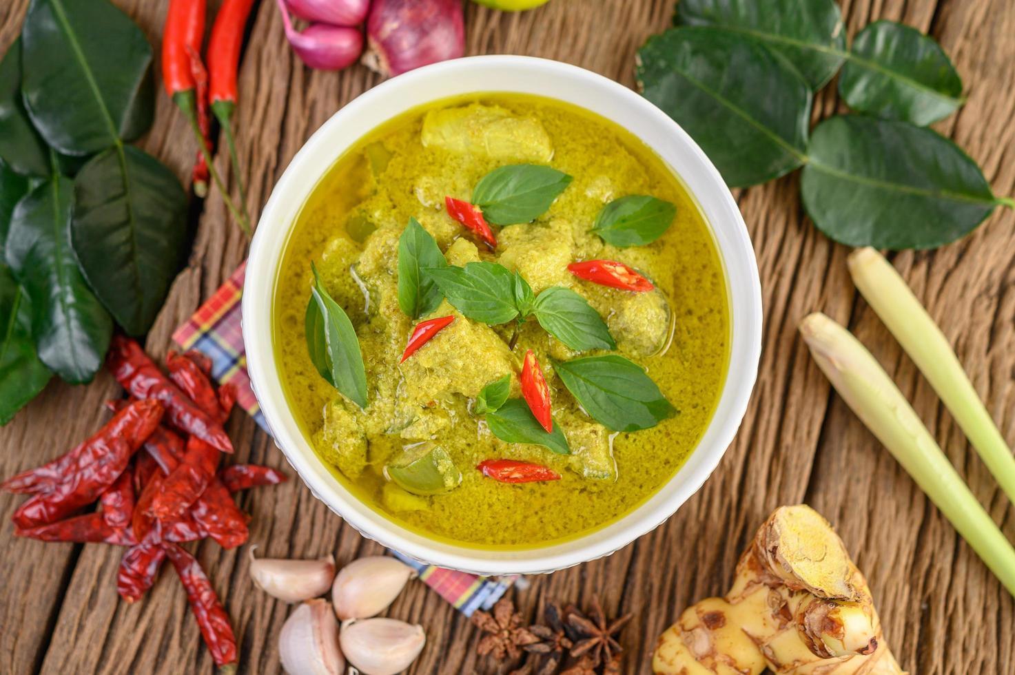 curry verde con limones, cebolla morada, hierba de limón, ajo y hojas de kaffir foto