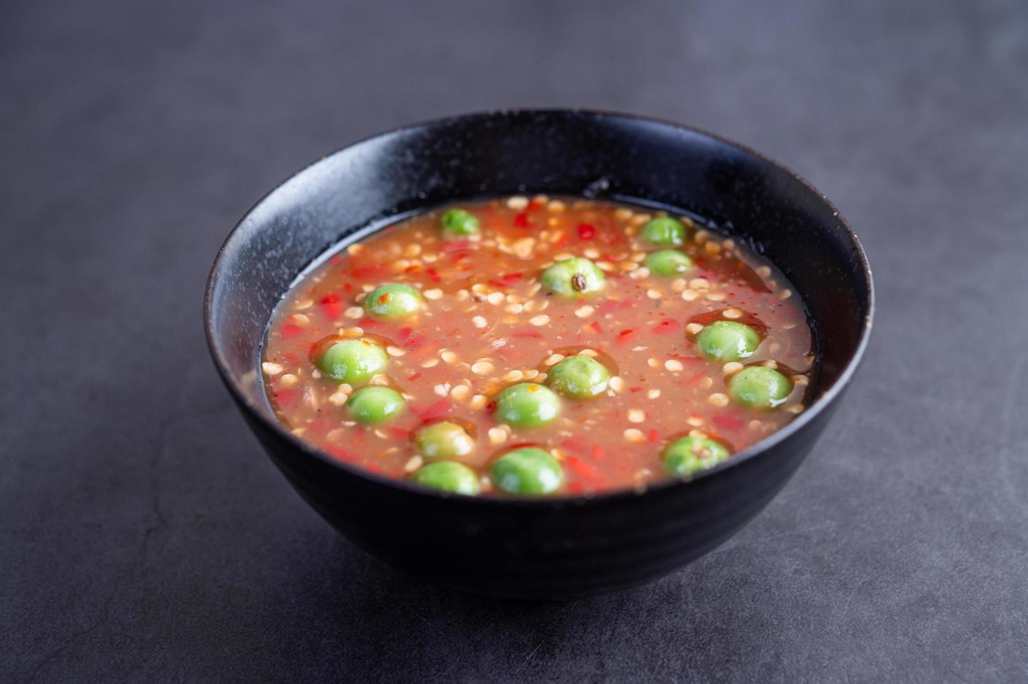 salsa de pasta de camarones en un bol negro foto