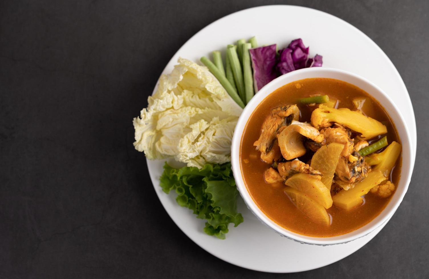 curry amarillo con pez cabeza de serpiente foto