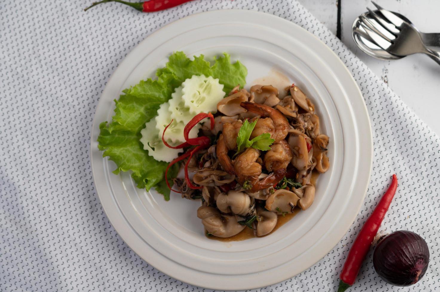 albahaca salteada con calamares y camarones foto
