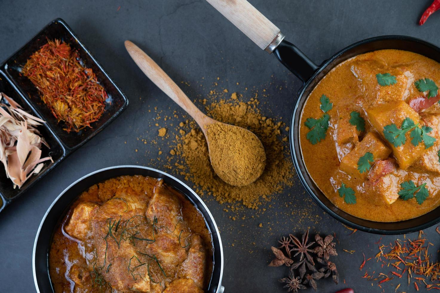 curry tailandés massaman con especias foto