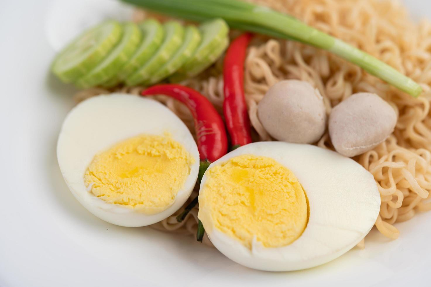 fideos con huevos cocidos y verduras foto