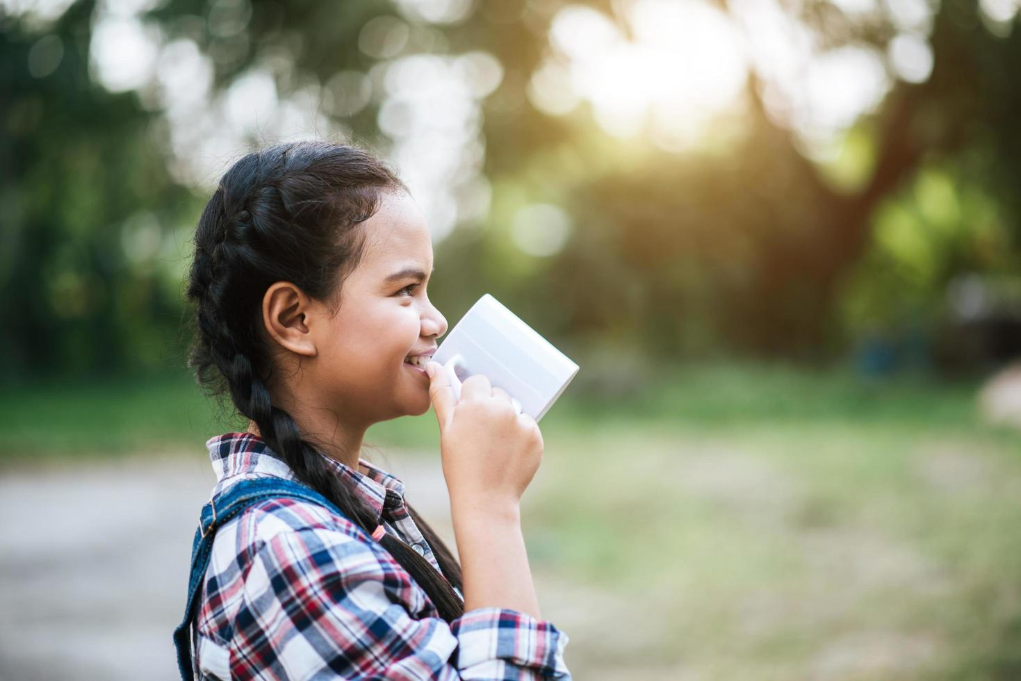 niña bebiendo leche de la taza foto