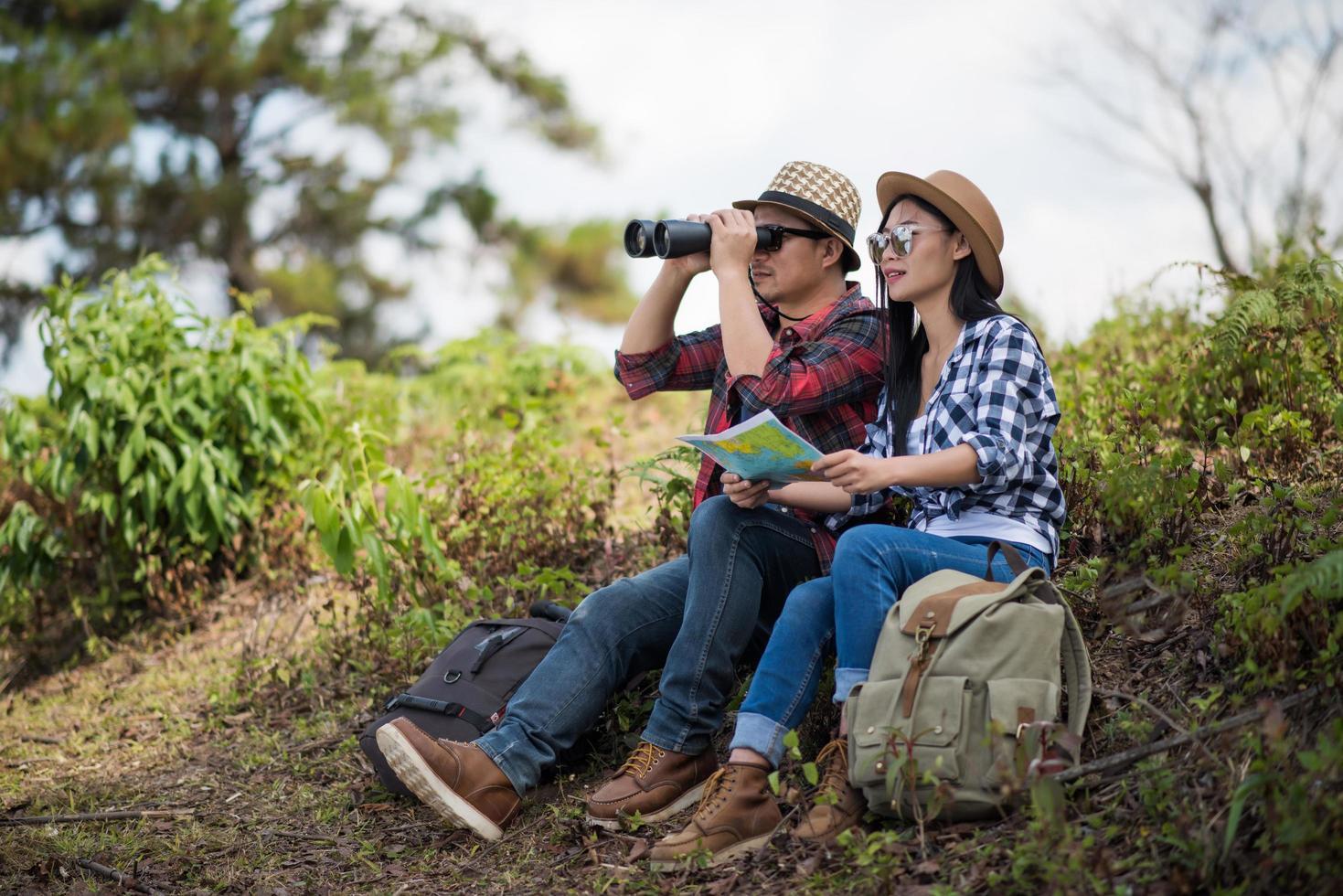 pareja joven, mirar el mapa, mientras, excursionismo, en el bosque foto