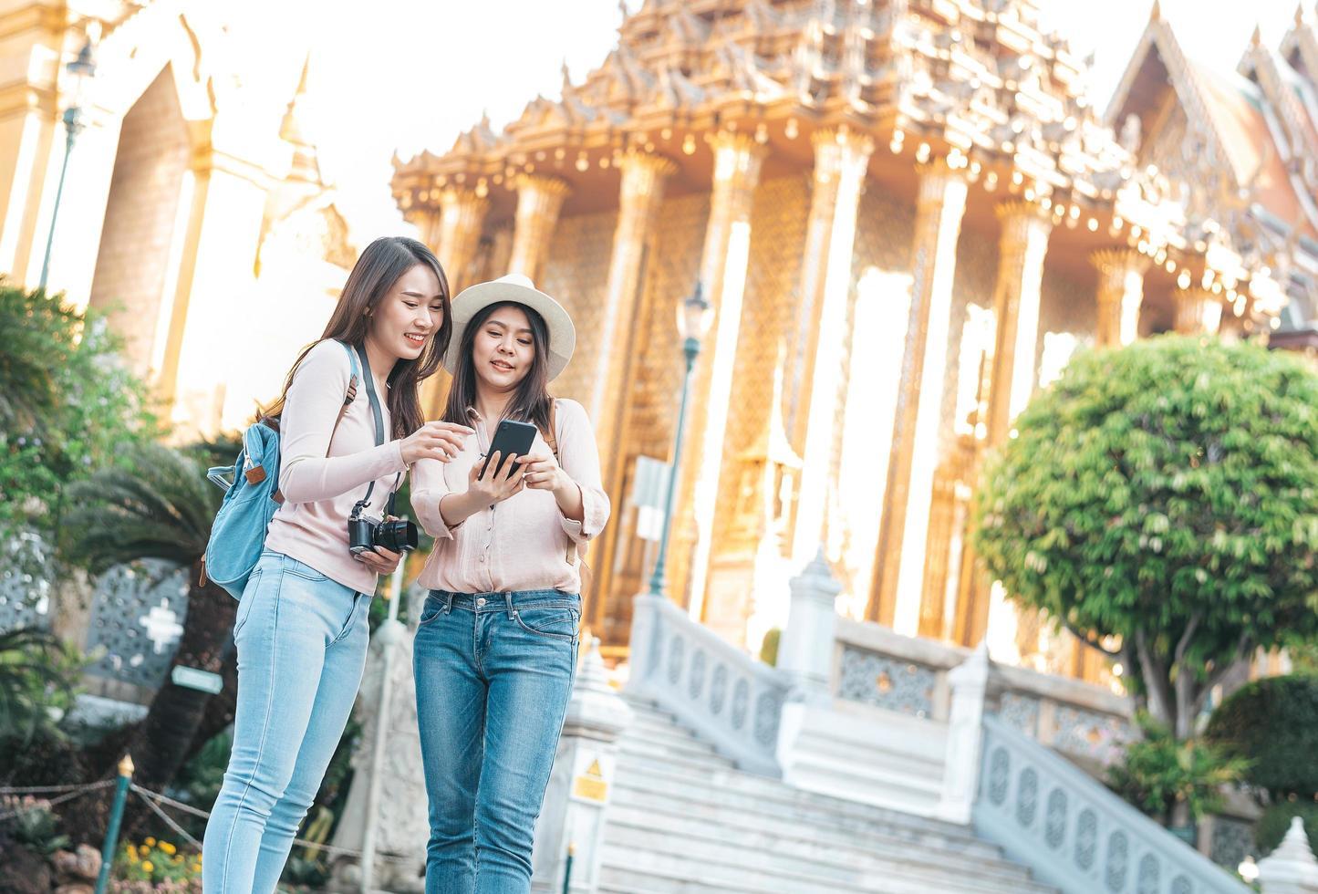 mujeres turistas tomando selfie foto