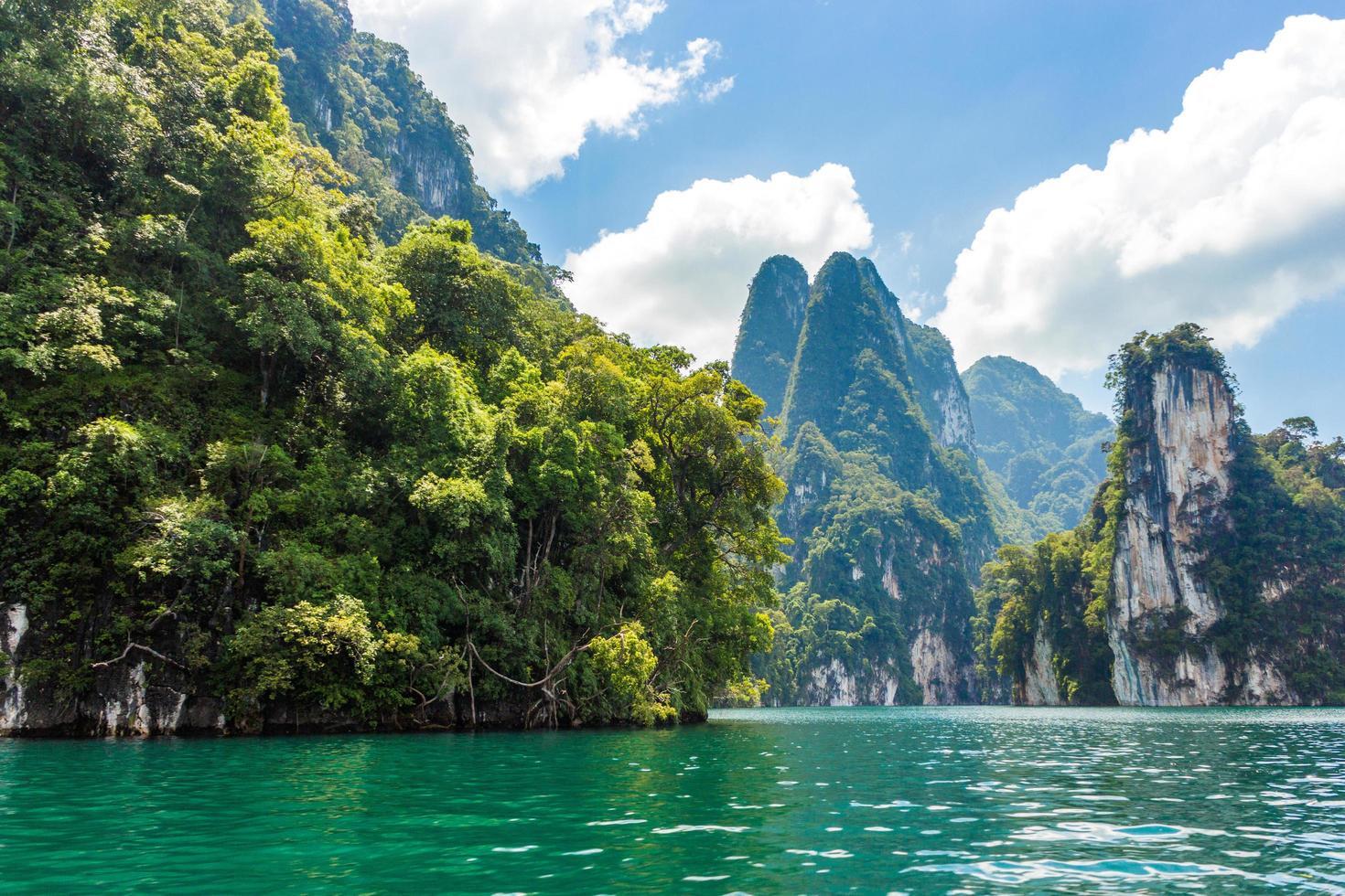 montañas y lago con cielo azul nublado foto