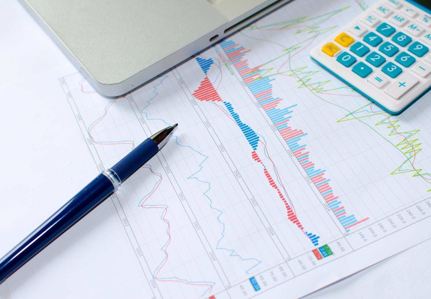 lápiz y gráfico de negocios foto