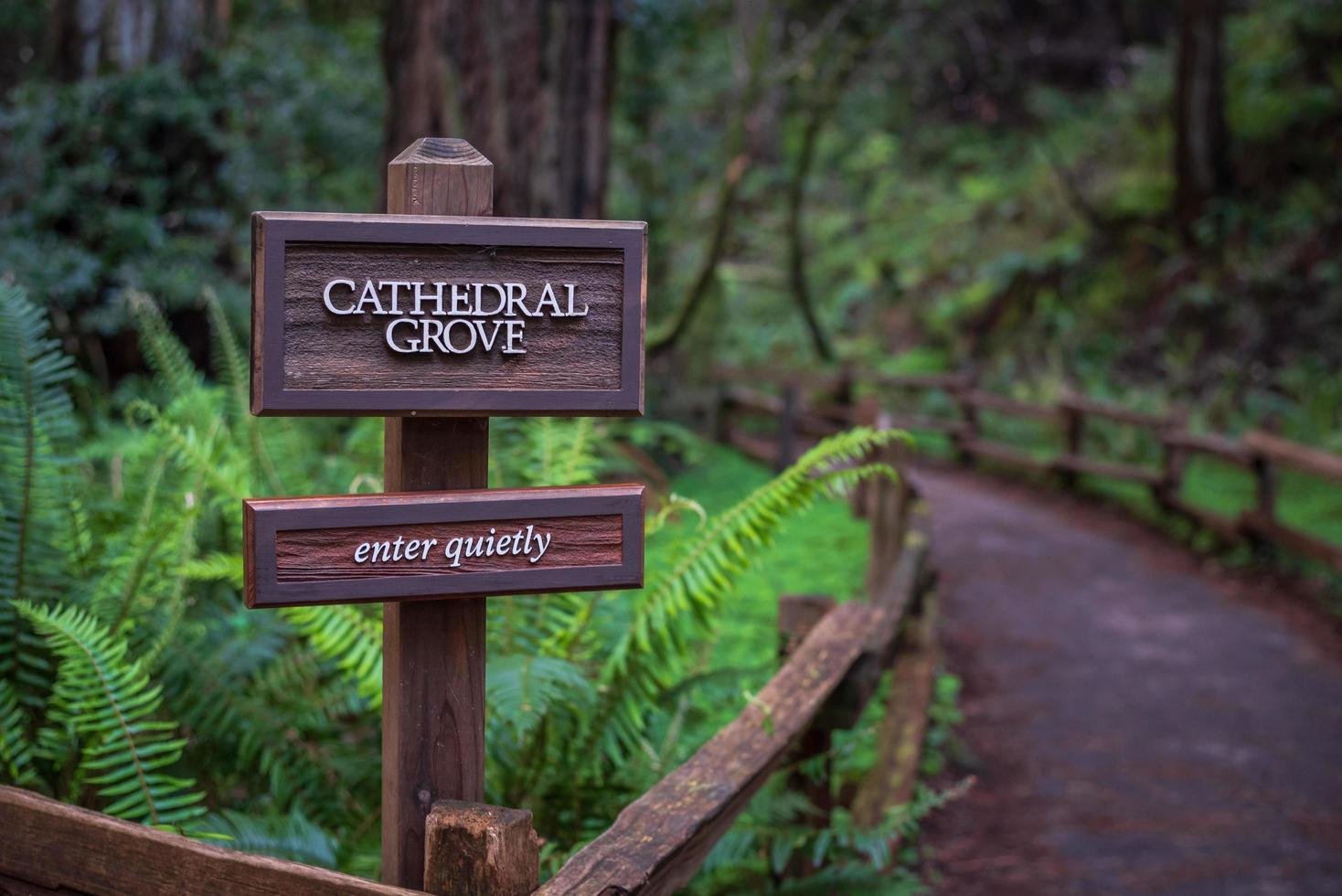 Letreros de madera marrón en la valla de madera marrón foto
