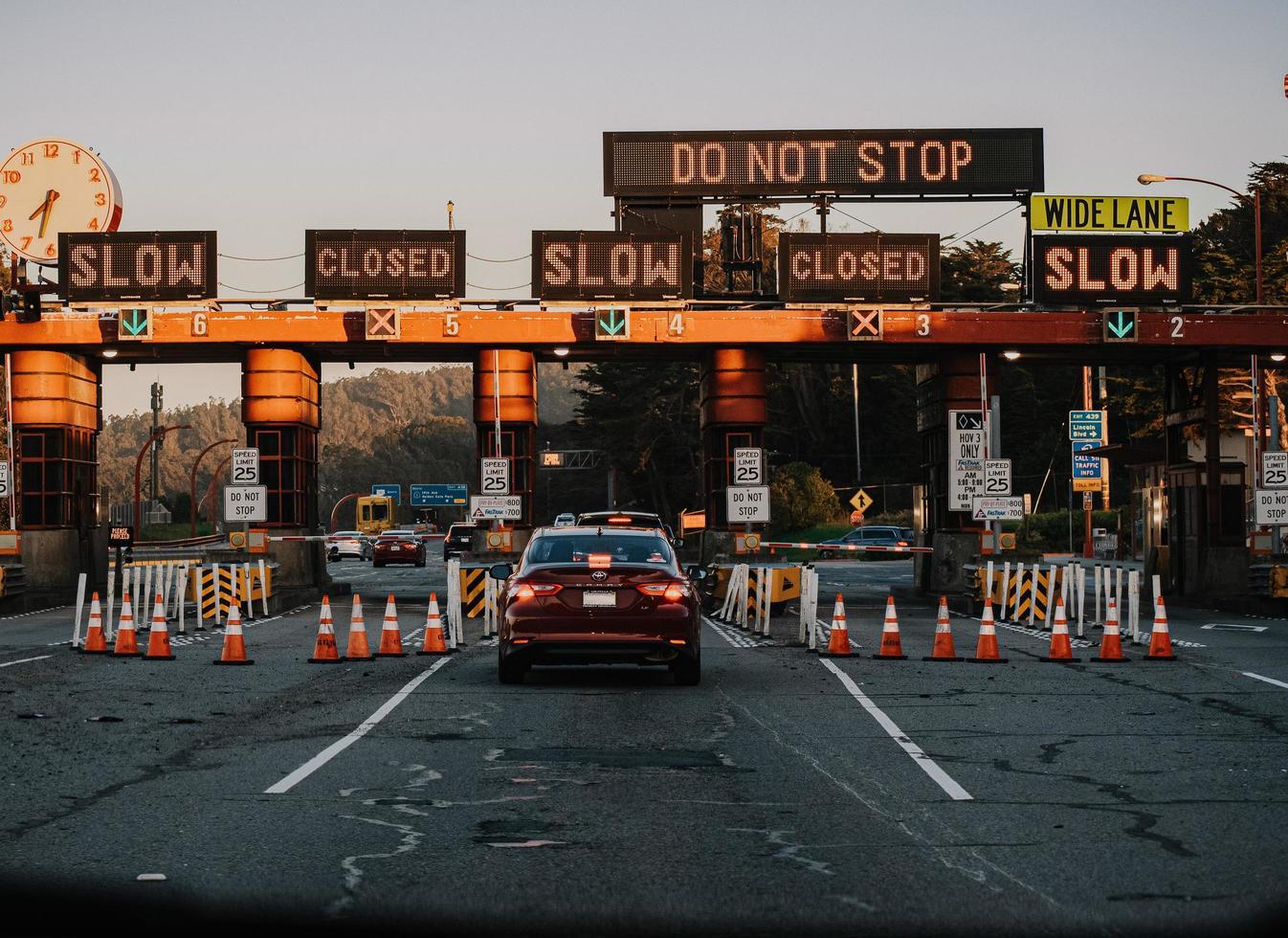 california, 2020 - coches en la carretera durante el día foto