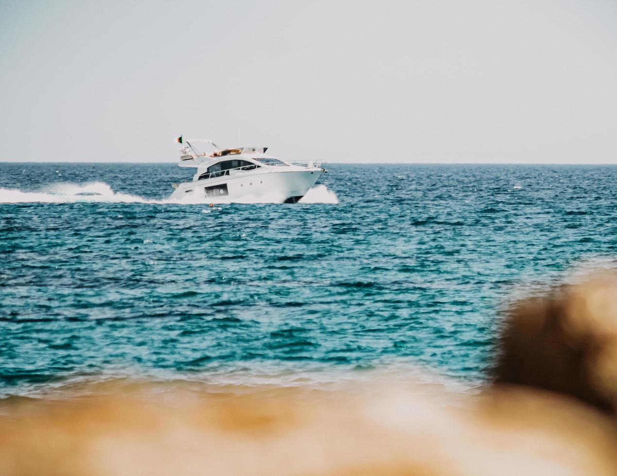Barco blanco y negro en el mar durante el día foto