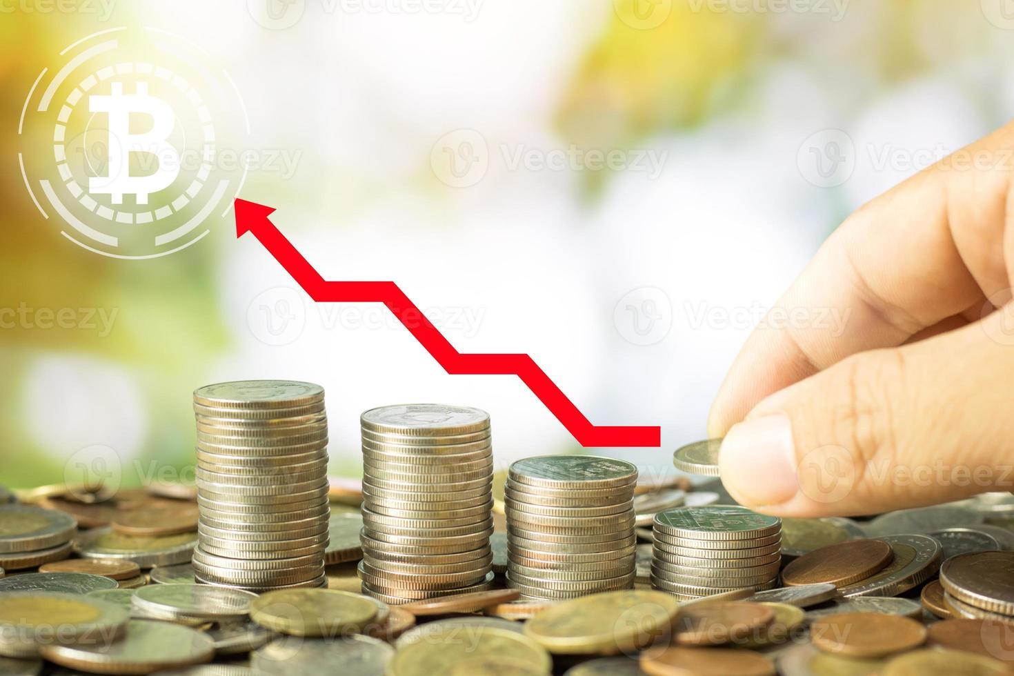 ahorrando monedas con el logo de bitcoin foto