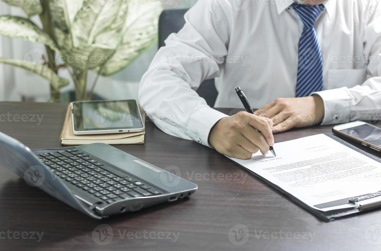 hombre de negocios firmando un contrato foto