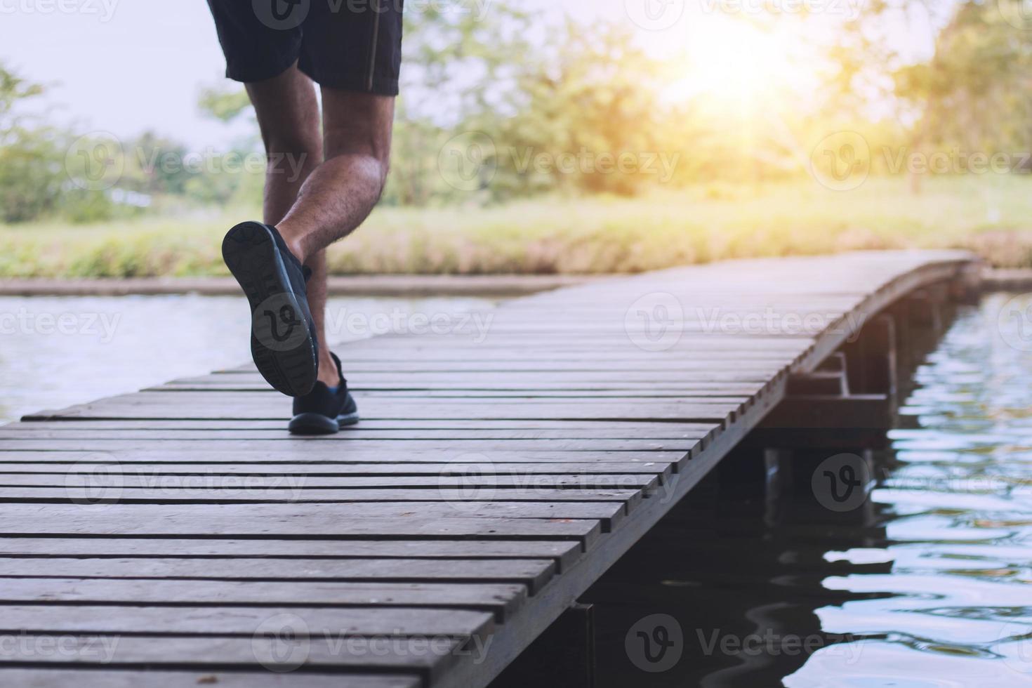 corredor corriendo sobre un puente de madera foto