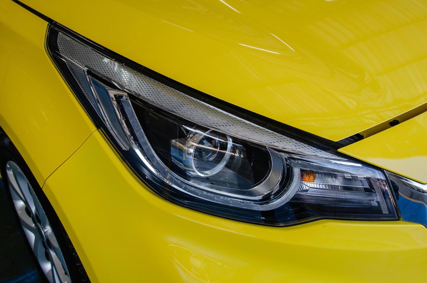 faros de coche amarillo foto