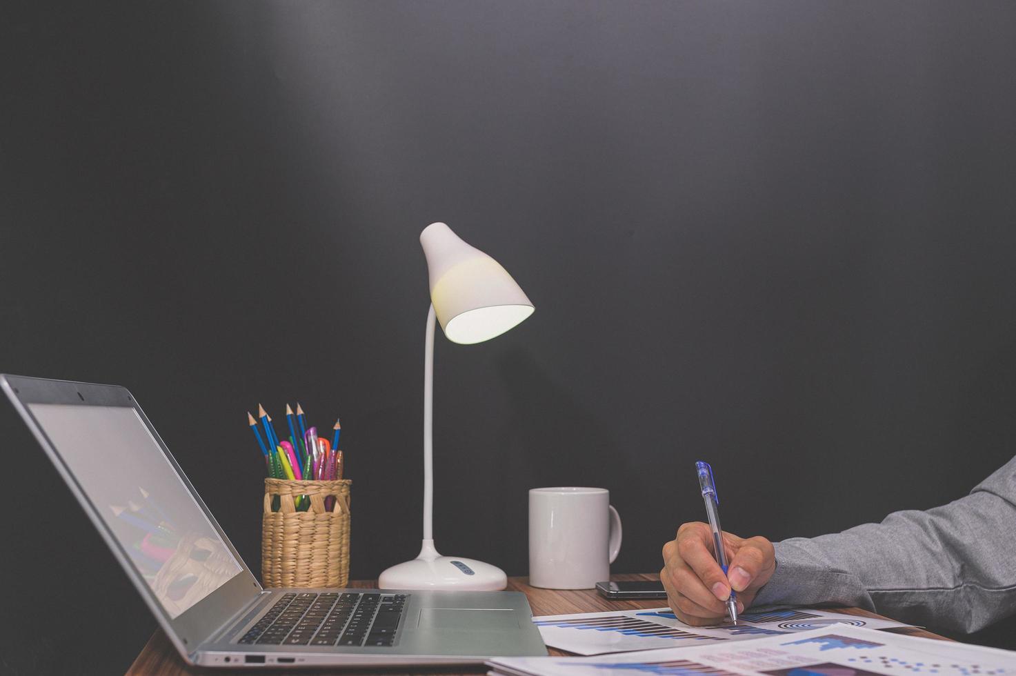 la gente de negocios se sienta en el trabajo y revisa los documentos en el escritorio de la habitación foto