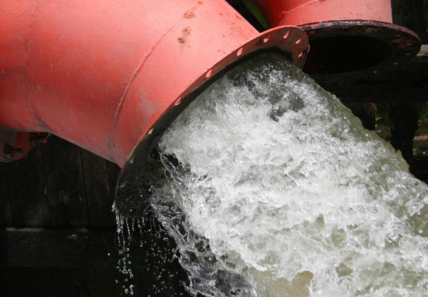 mucho drenaje de la tubería de agua foto