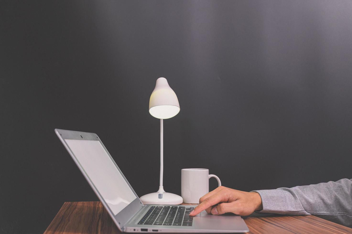 empresario usando una computadora portátil foto