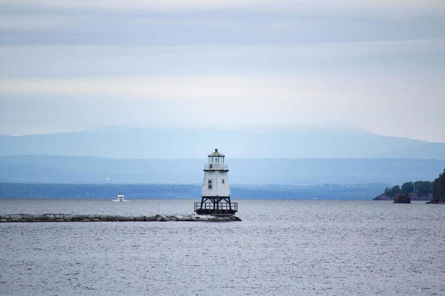 faro blanco en el mar foto
