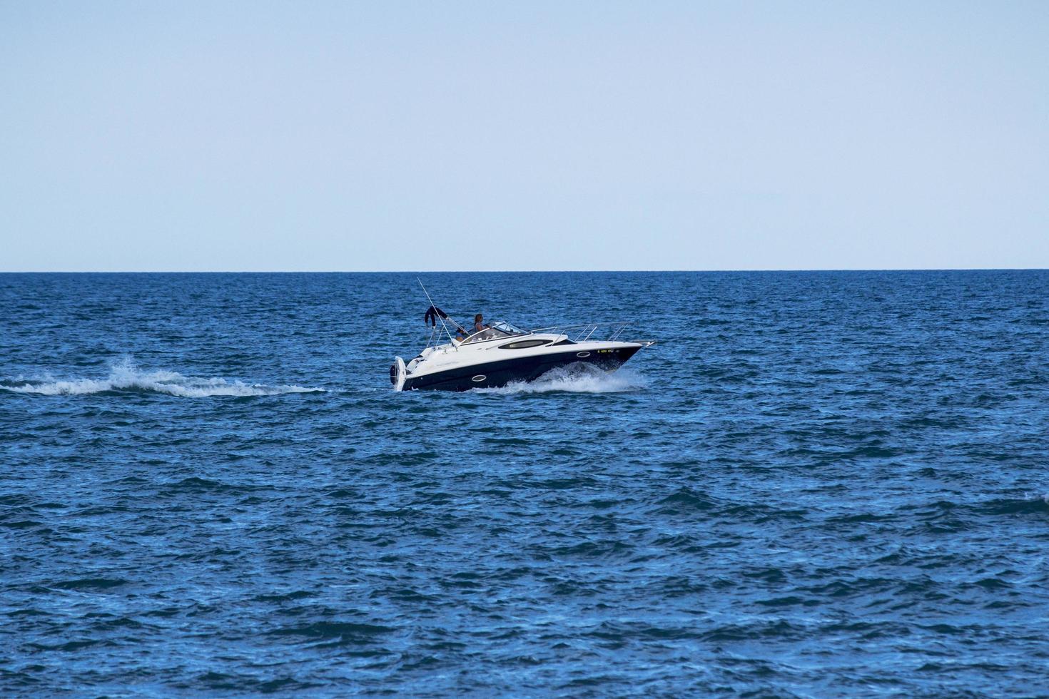 Lancha blanca en el mar durante el día foto