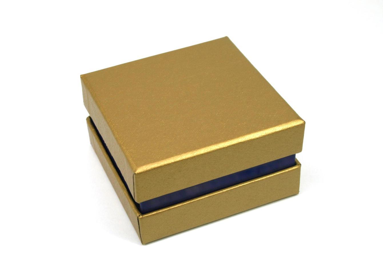 caja de regalo dorada foto