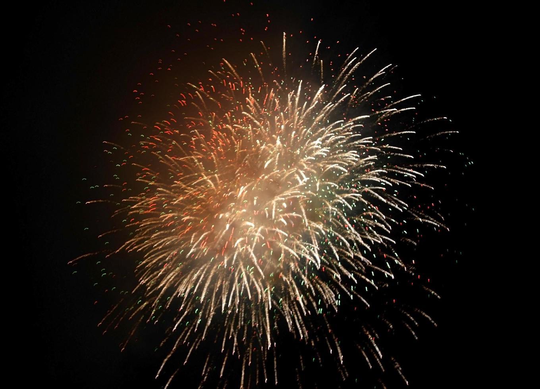 fuegos artificiales de oro en el cielo negro foto