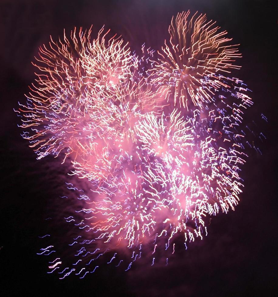fuegos artificiales de color rosa y morado foto