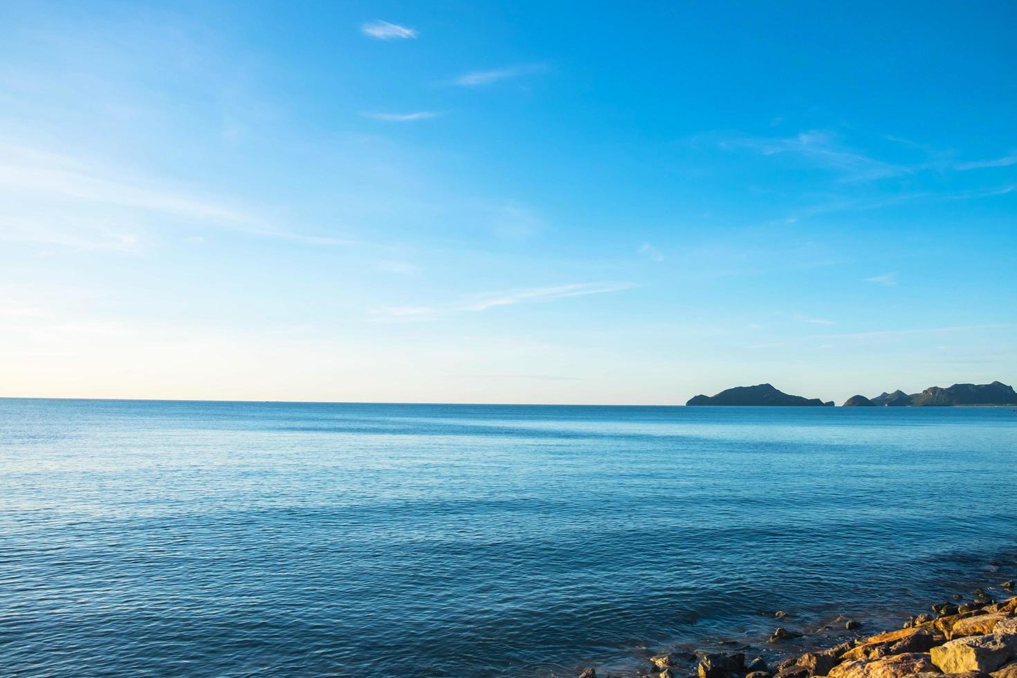 el cielo y el mar en verano foto