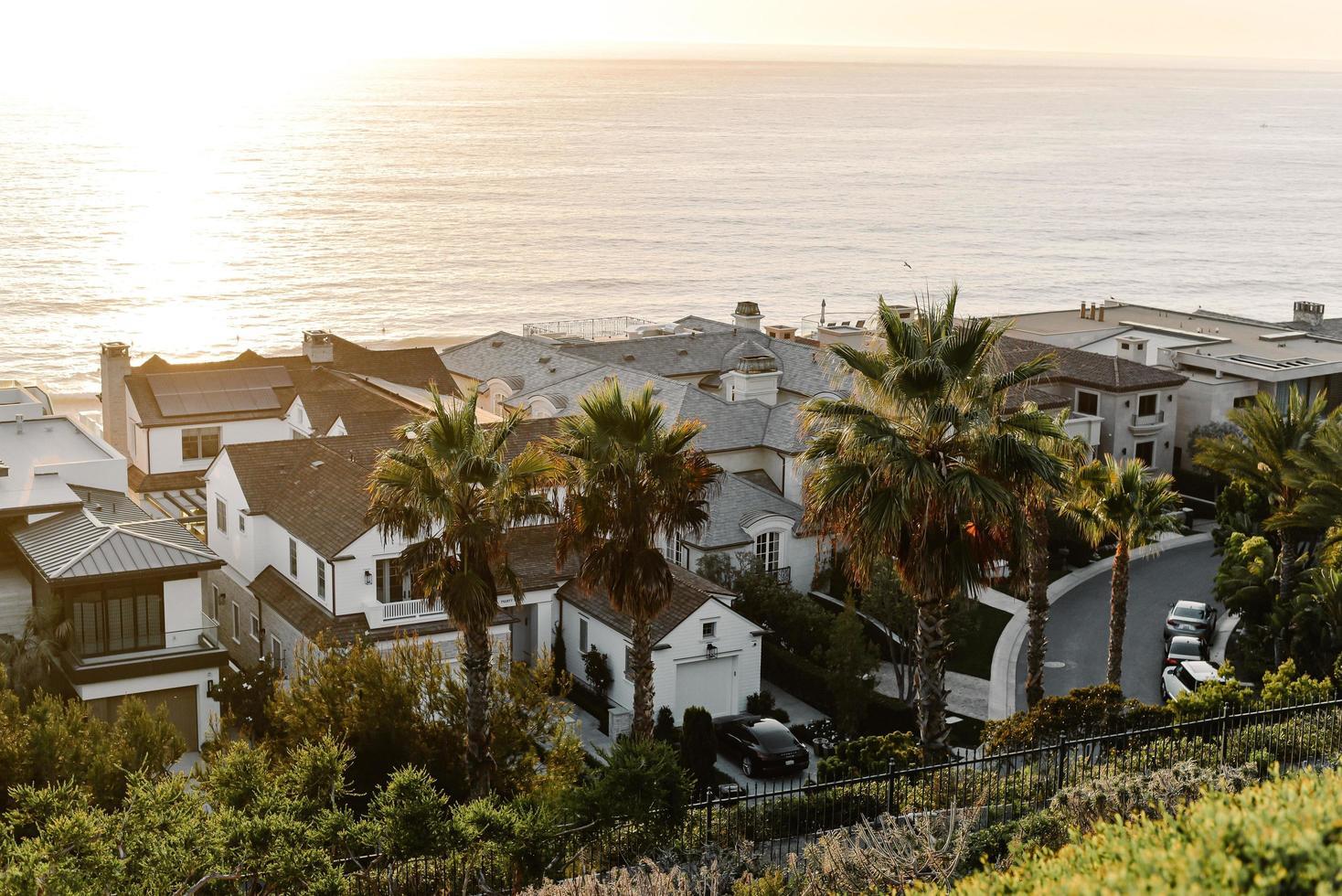casas de hormigón blanco cerca del mar durante el día foto