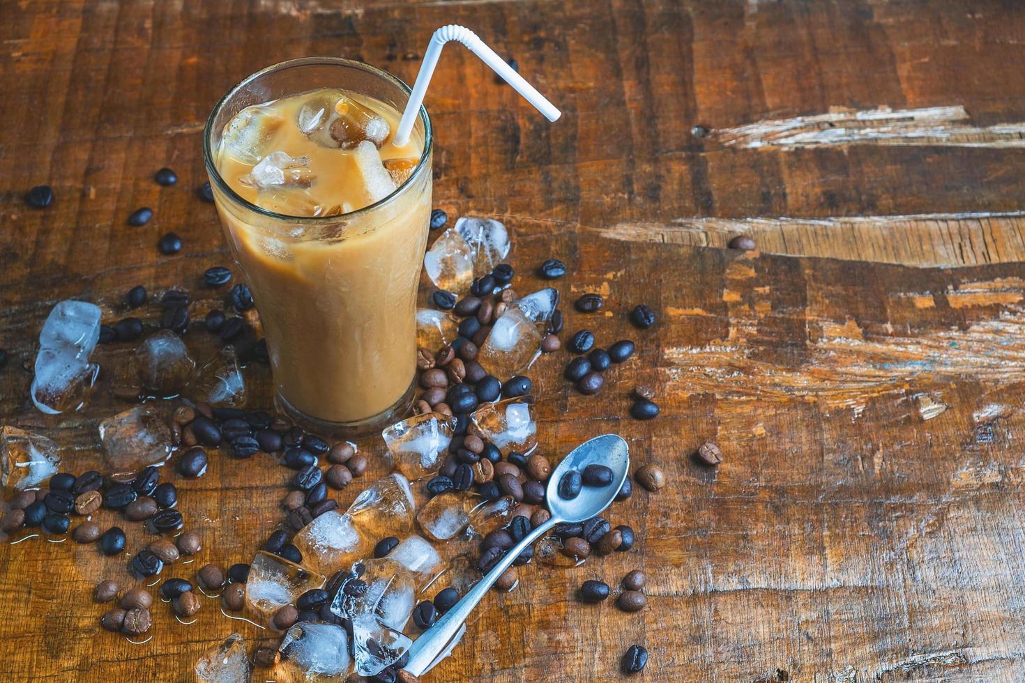 café helado en una mesa de madera foto