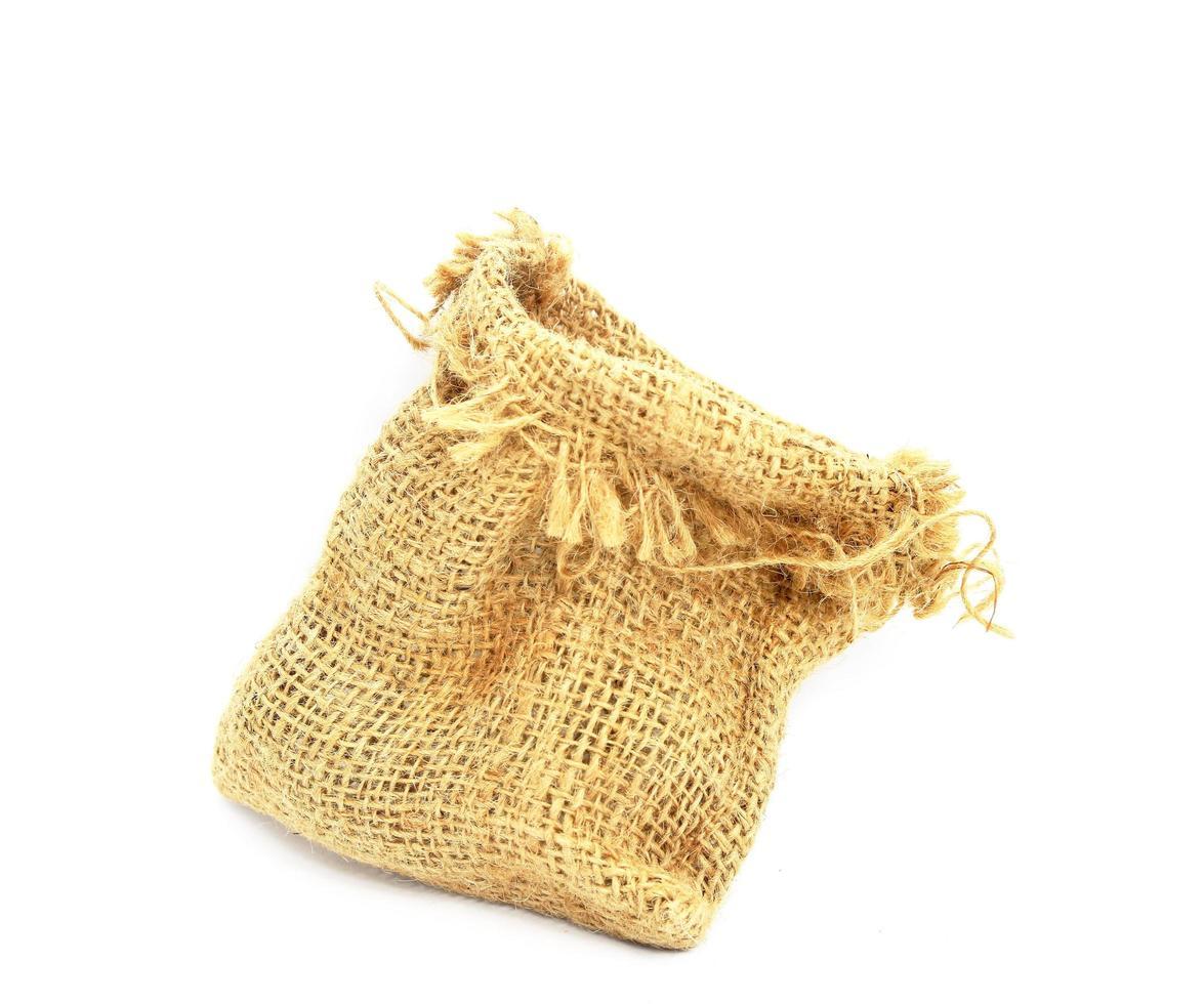 Bolsa de arpillera aislado sobre fondo blanco. foto