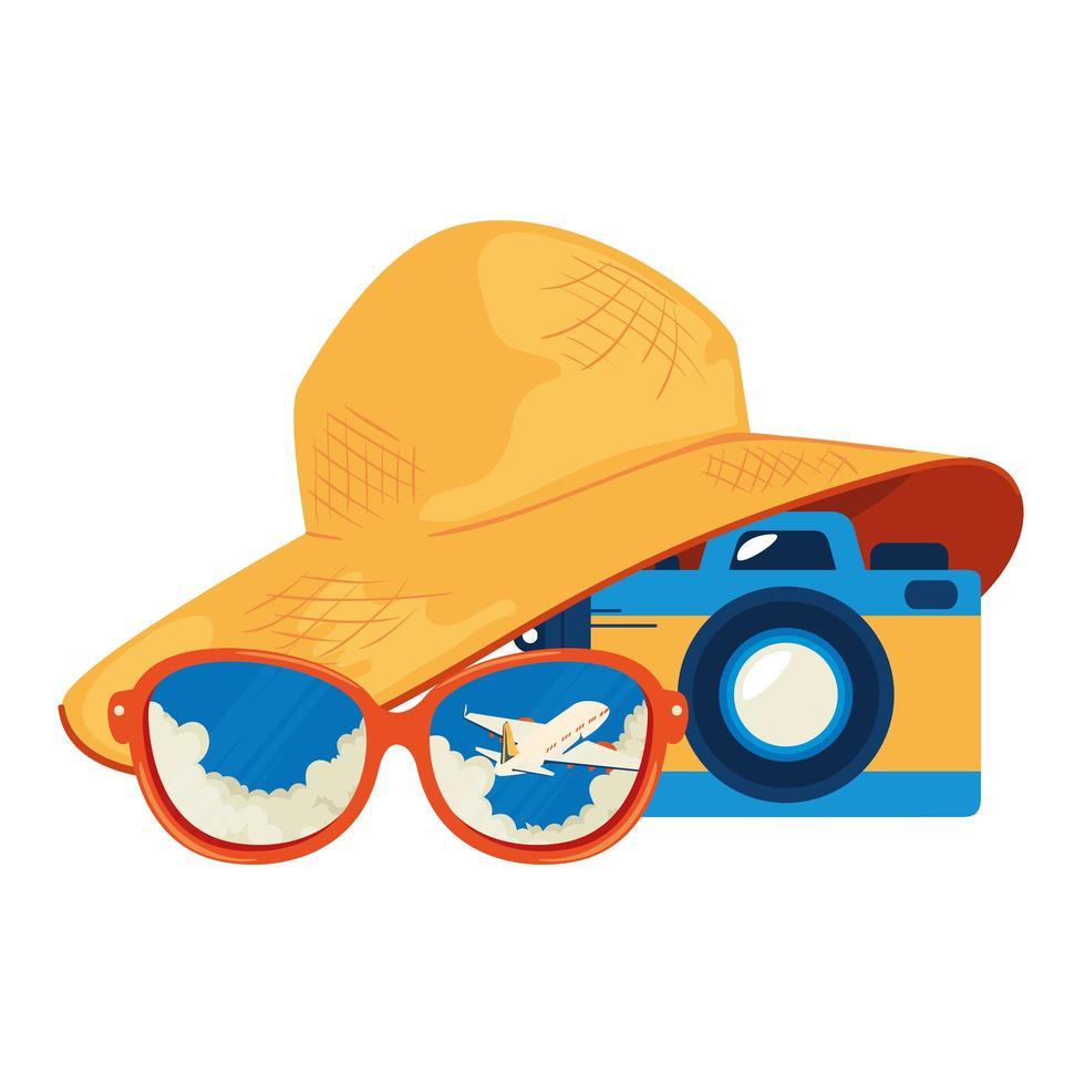 sombrero de verano femenino con gafas de sol y cámara vector