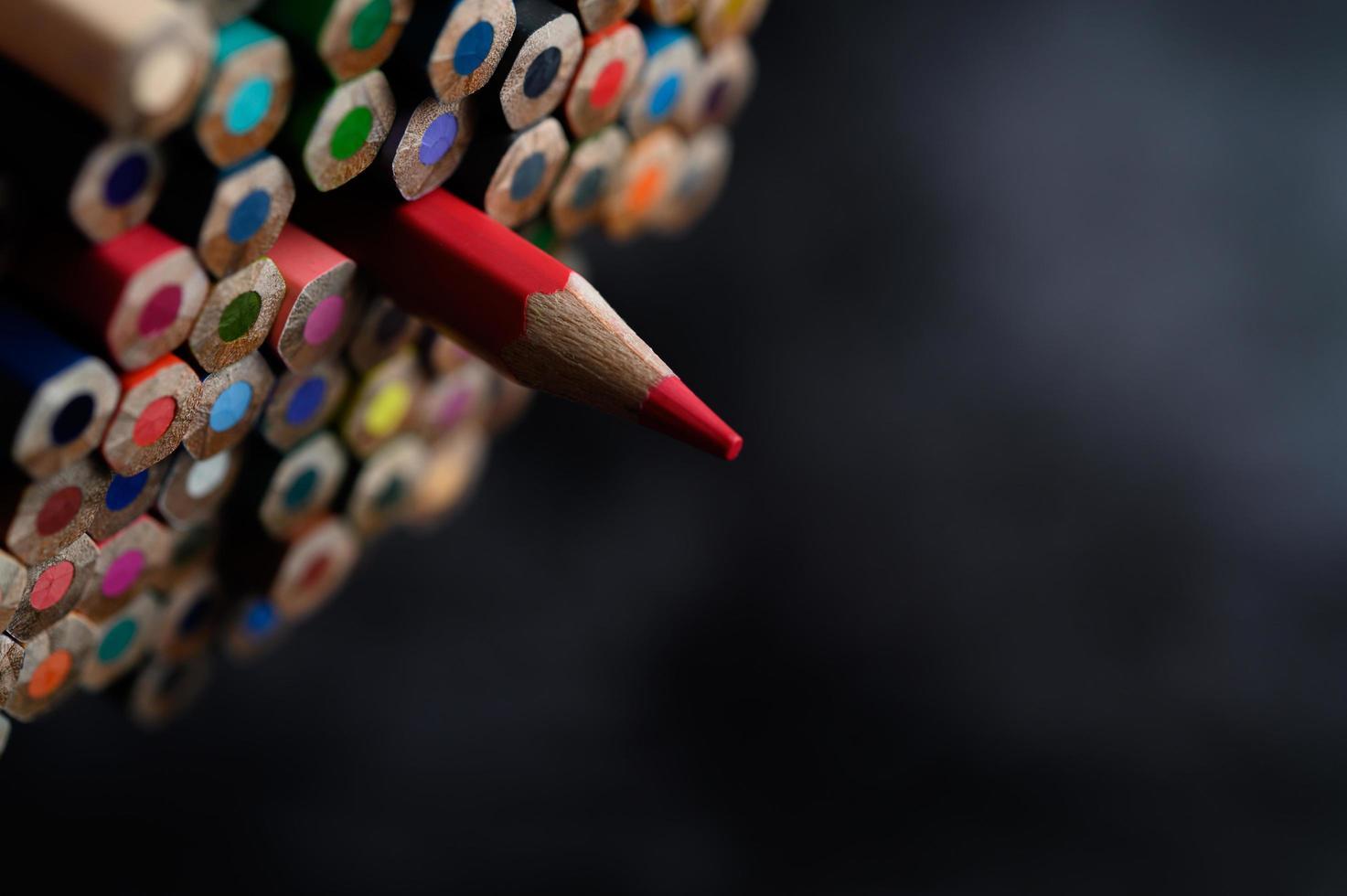Grupo de primer plano de lápices de colores, enfoque seleccionado en rojo foto