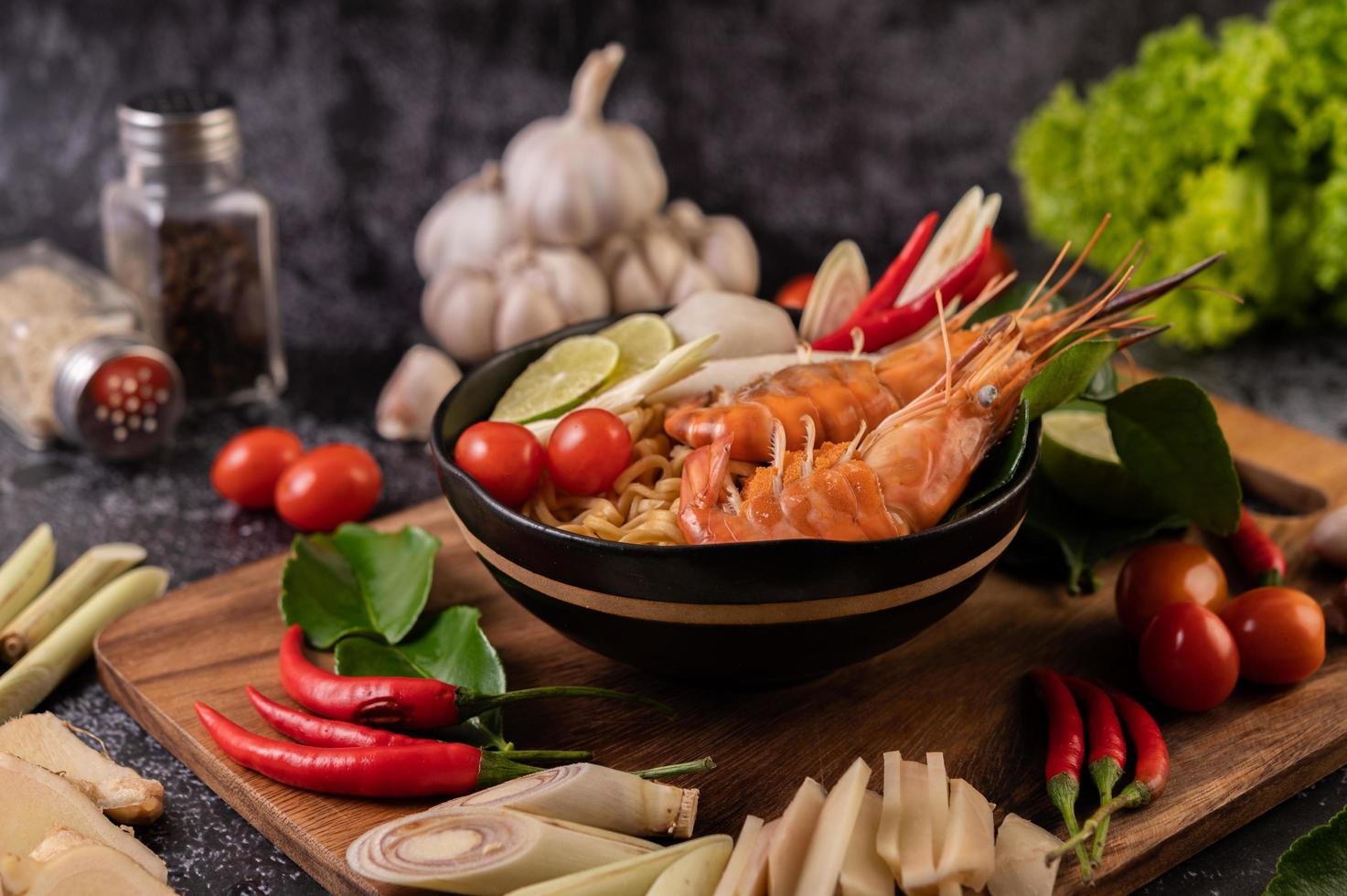 sopa tom yum kung con tomate, chile, limoncillo, ajo, limón y kaffir foto
