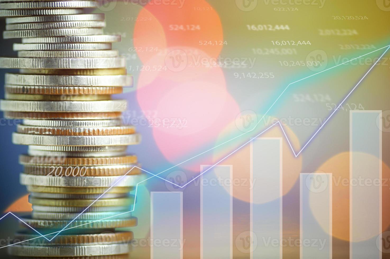 monedas apiladas con un gráfico superpuesto foto