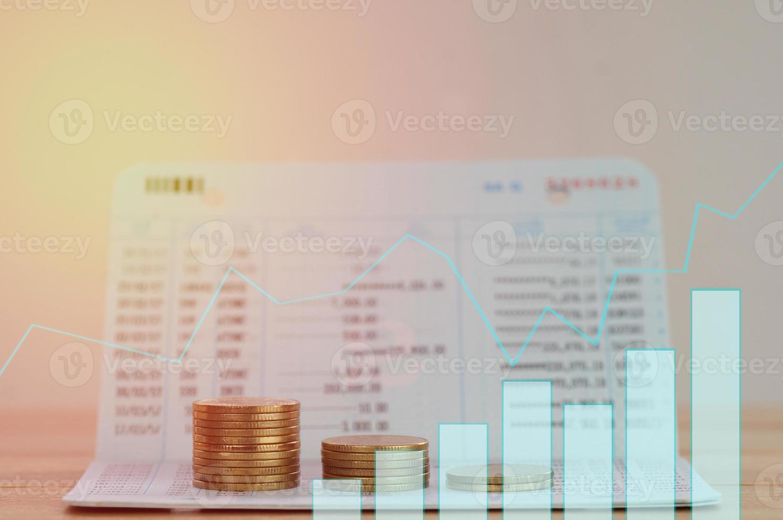 pila de monedas con un gráfico superpuesto foto