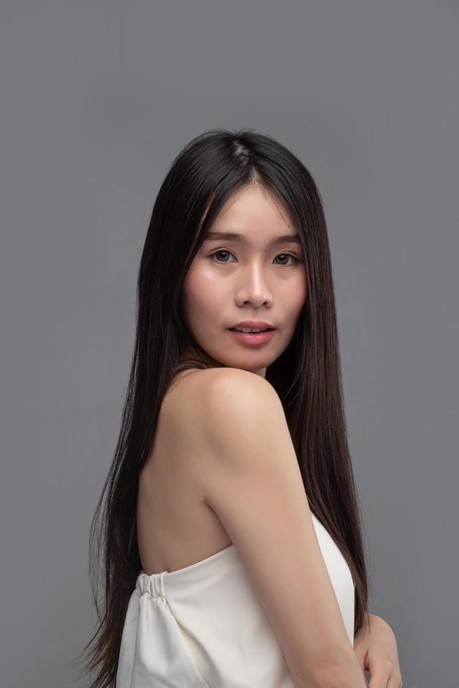 mujer vistiendo una blusa blanca sin tirantes frente a la cámara foto