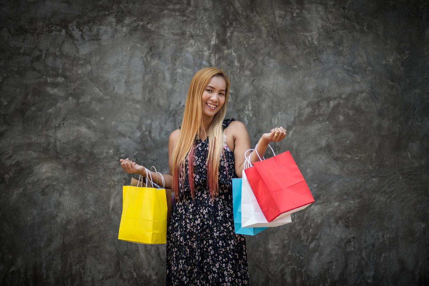 Retrato de una joven mujer sonriente feliz con bolsas de la compra. foto
