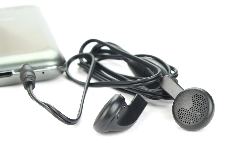 auriculares enchufados foto