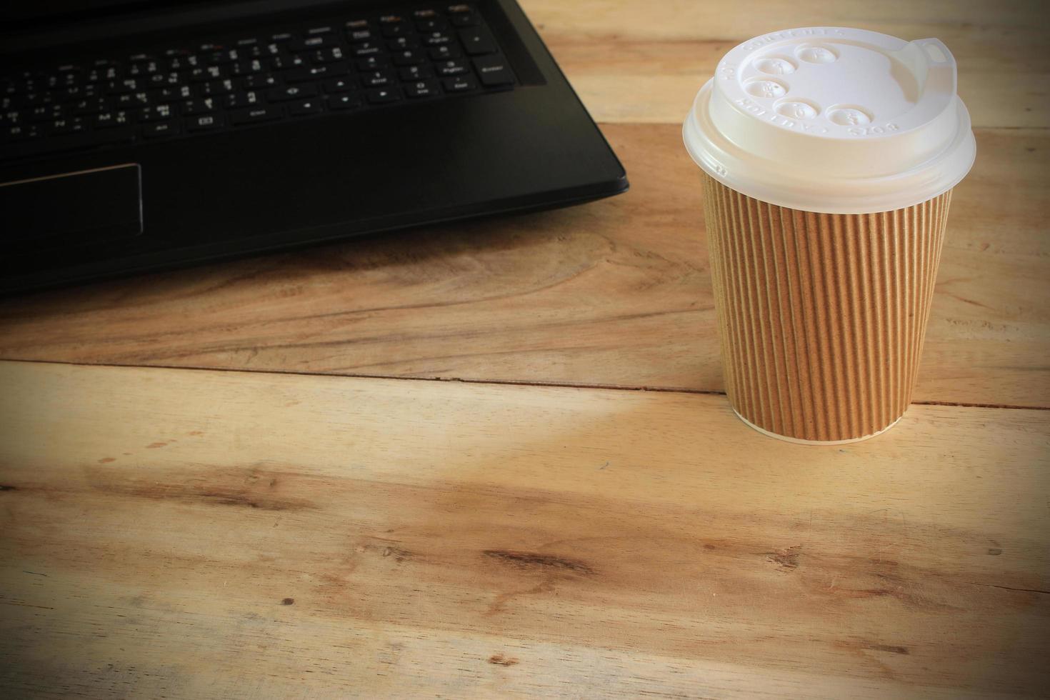 taza de café para llevar en el escritorio foto