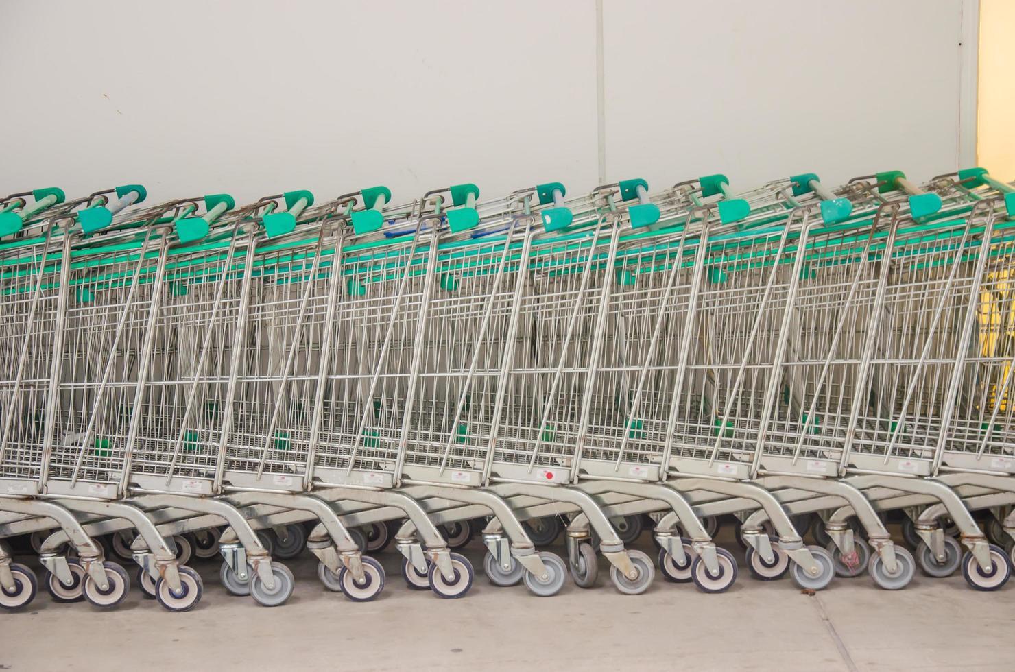 carritos de compras en un supermercado foto