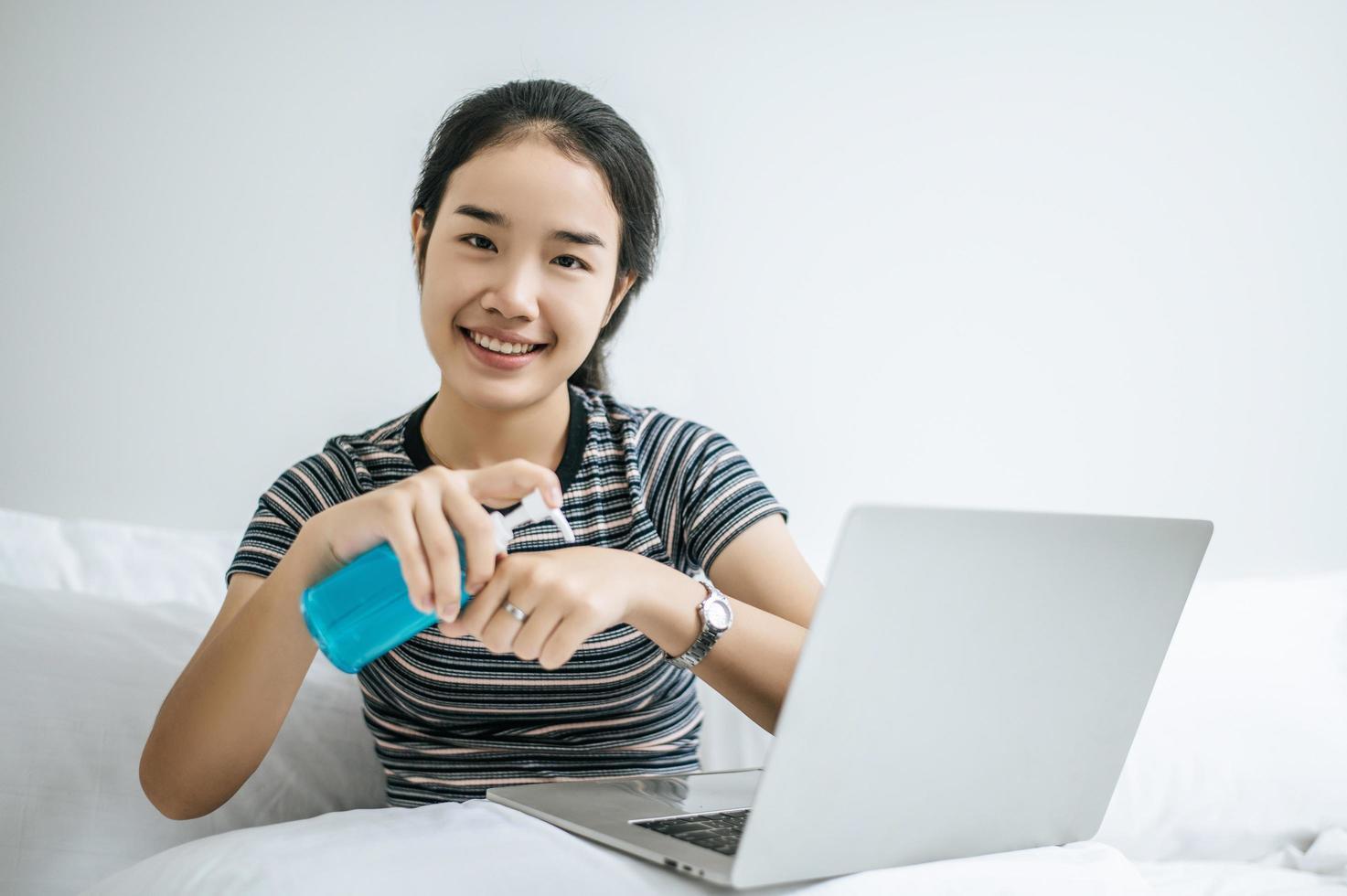 mujer joven con gel para lavarse las manos foto