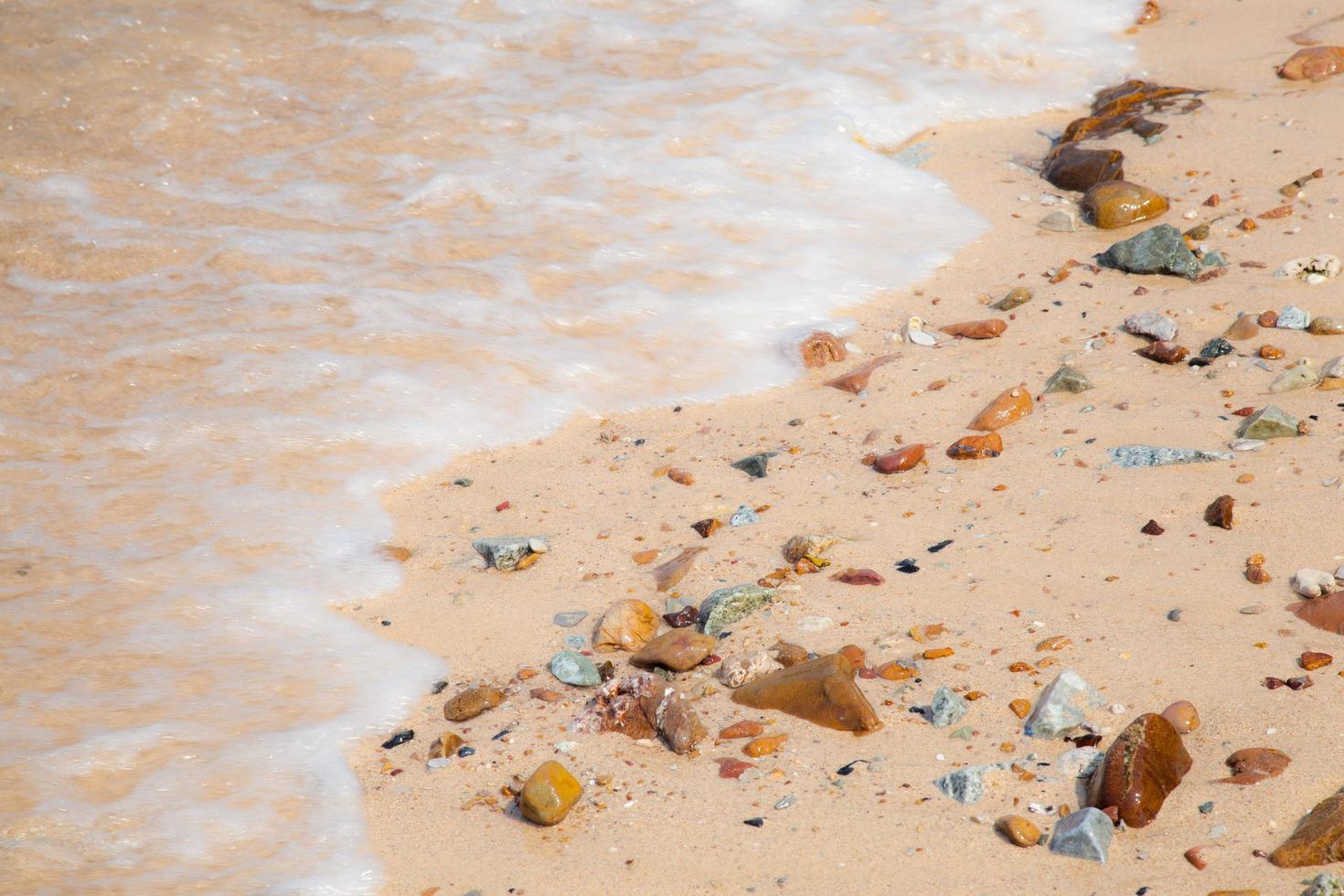 olas rompiendo en la playa foto