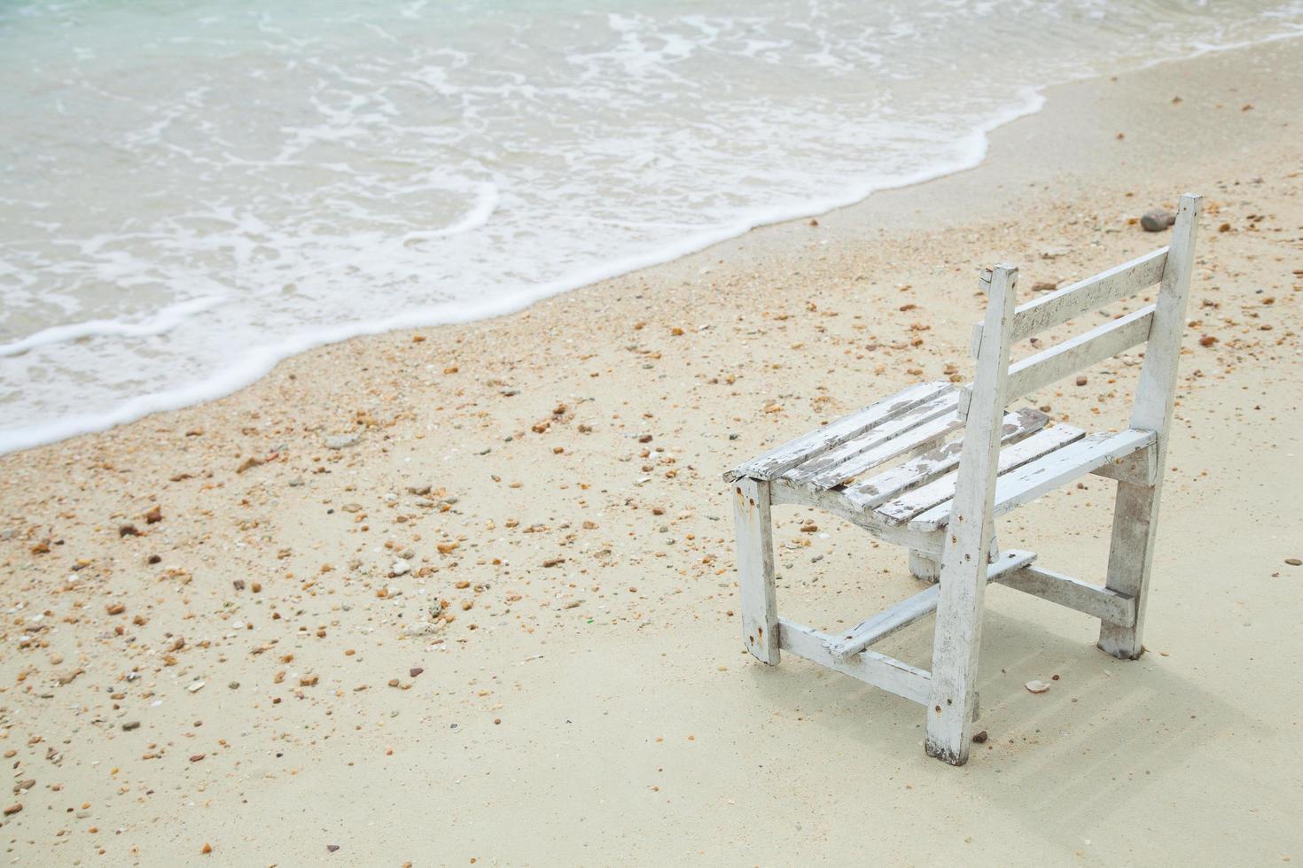 silla de madera blanca en el mar foto