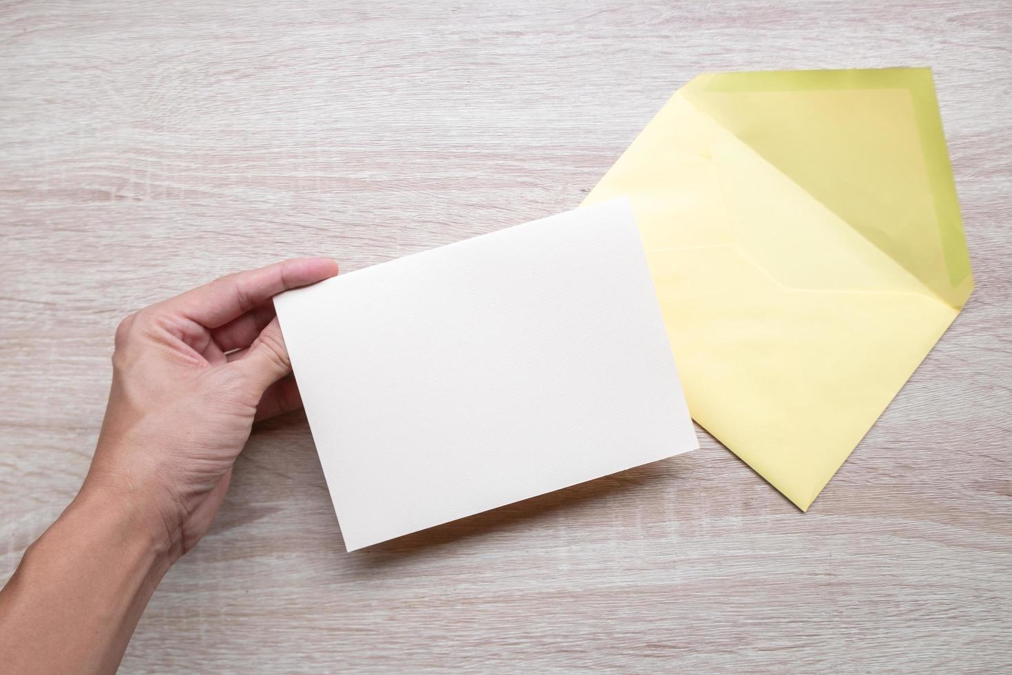 tarjeta blanca en blanco con sobre amarillo foto