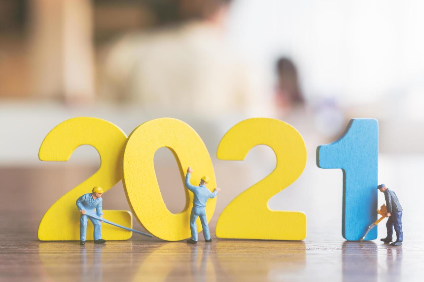 Figurilla en miniatura team building número de madera 2021 foto
