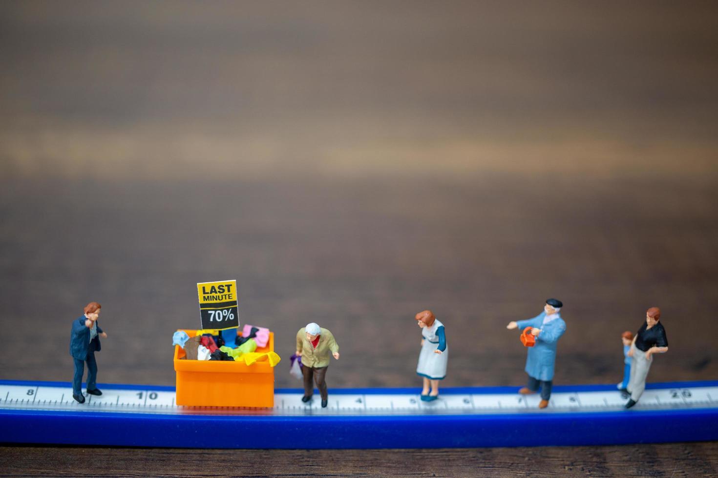 Gente en miniatura manteniendo distancia en un centro comercial foto