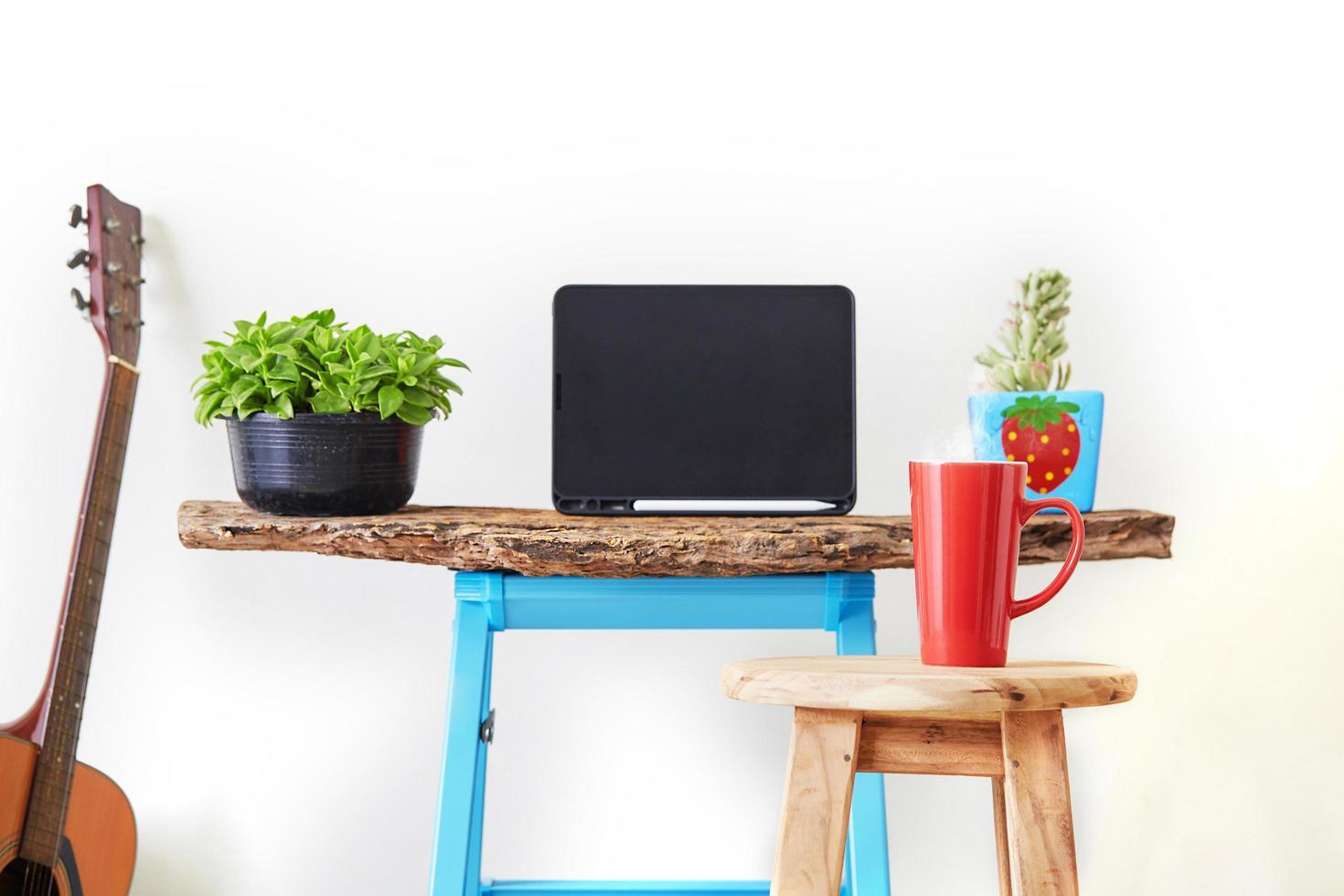 tableta en maqueta de oficina en casa foto