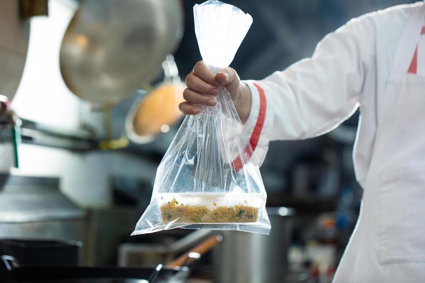 chef sosteniendo bolsa de comida foto